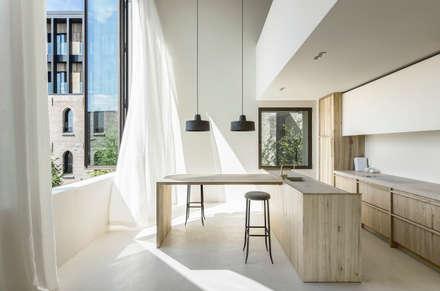 Accoglienza,eleganza  e luce in cucina: Pavimento in stile  di IDEAL WORK Srl