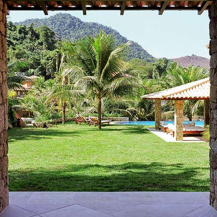 Piscinas de jardín de estilo  por Maria Claudia Faro