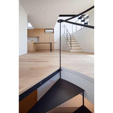 リビング: 有限会社角倉剛建築設計事務所が手掛けた階段です。