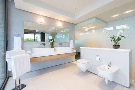 Villa Saengootsa : modern Bathroom by Original Vision