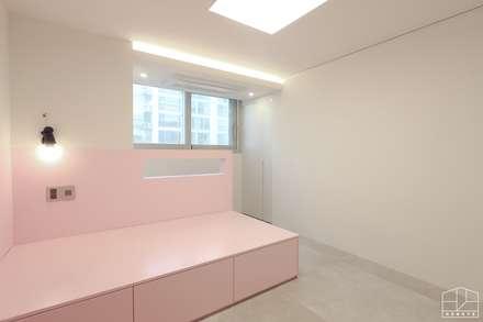 호텔 부럽지않은 심플하고 럭셔리한 집, 48평 아파트 리모델링: 홍예디자인의  아이방