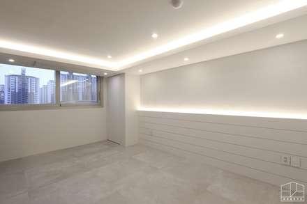 호텔 부럽지않은 심플하고 럭셔리한 집, 48평 아파트 리모델링: 홍예디자인의  화장실