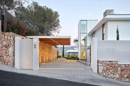 Gras Arquitectos cuenta con KRION y Butech en la fachada de Where Eagles Dare: Casas unifamilares de estilo  de KRION® Porcelanosa Solid Surface