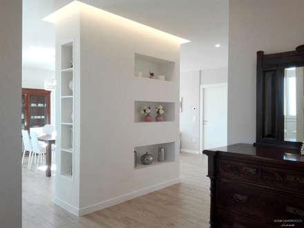 Zona living- interior design: Ingresso & Corridoio in stile  di Sonia Santirocco architetto e home stager