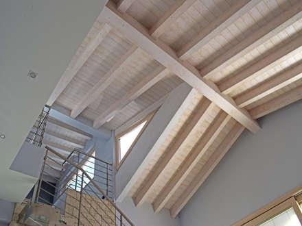 Villa classica in legno: Tetto in stile  di Marlegno