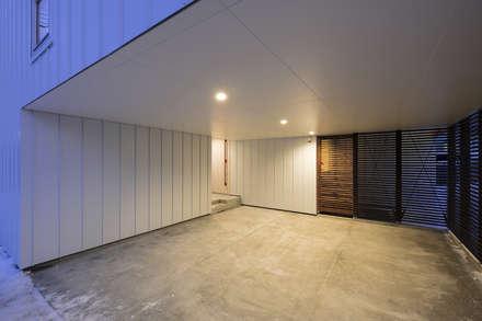 Garajes de estilo escandinavo de 一級建築士事務所 Atelier Casa