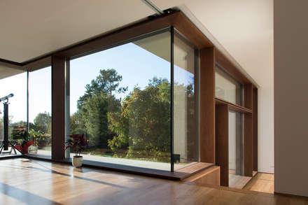 Habitação Uni-familiar H&G: Janelas de madeira  por António Mota, Susana Machado - Arquitectos, Lda
