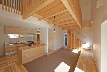 篠路の家: Atelier Monogoto 一級建築士事務所が手掛けたリビングです。