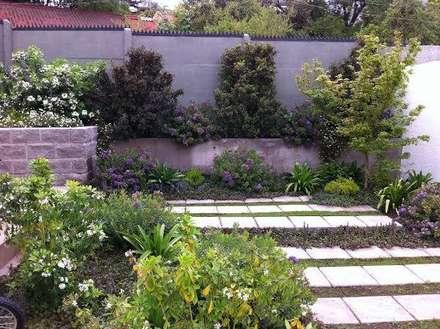 Proyecto de Paisajismo Familia Ruiz : Jardines de estilo moderno por Aliwen Paisajismo