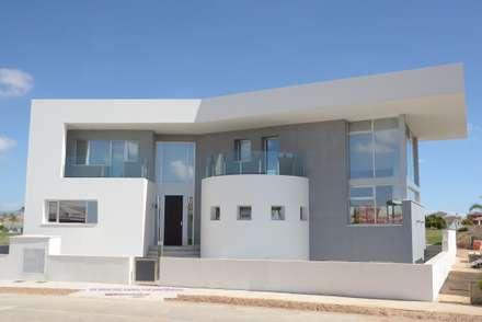 Fachada de acceso: Casas unifamilares de estilo  de Estudio de Arquitectura e Interiorismo  José Sánchez Vélez. 653773806