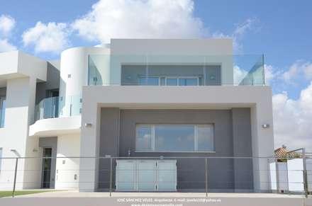 Escala progresiva.: Casas unifamilares de estilo  de Estudio de Arquitectura e Interiorismo  José Sánchez Vélez. 653773806
