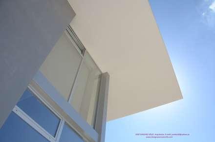 sombrero: Casas unifamilares de estilo  de Estudio de Arquitectura e Interiorismo  José Sánchez Vélez. 653773806