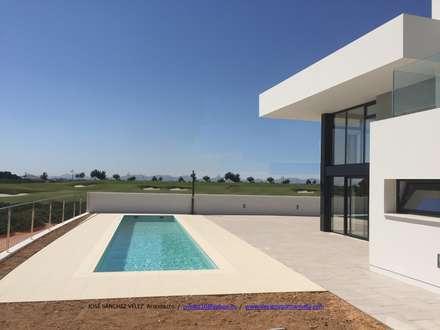 Villas by Estudio de Arquitectura, Interiorismo y Urbanismo José Sánchez Vélez  653 77 38 06