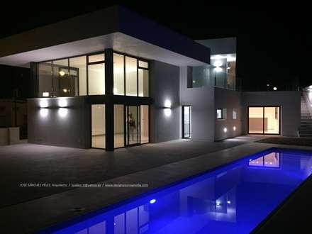 Contraste: Casas unifamilares de estilo  de Estudio de Arquitectura, Interiorismo y Urbanismo José Sánchez Vélez  653 77 38 06