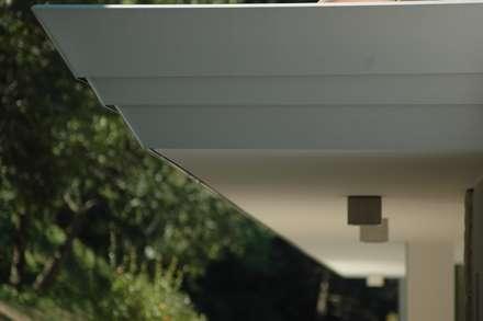 Villa P: Tetto in stile  di Studio Marastoni
