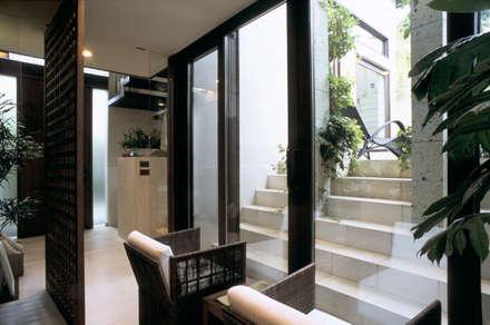 Jardines de invierno de estilo asiático por 株式会社 ギルド・デザイン一級建築士事務所