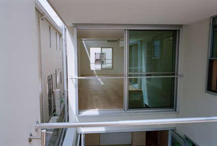 神楽坂の住宅: 山下大輔建築設計事務所が手掛けたサンルームです。