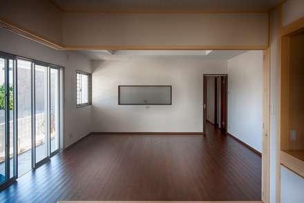 和室からDKを臨む: 株式会社青空設計が手掛けたリビングです。