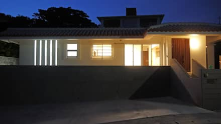 正面外観夜景: 株式会社青空設計が手掛けた一戸建て住宅です。