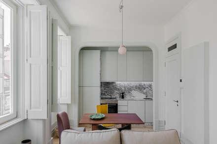 Salas e Cozinha - Pisos 1 e 2: Salas de jantar minimalistas por Pedro Ferreira Architecture Studio Lda