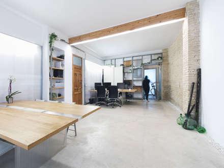 Espacio de trabajo: Estudios y despachos de estilo mediterráneo de Eseiesa Arquitectos