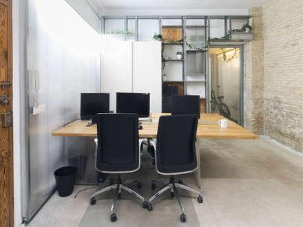 Mesa de trabajo 1: Estudios y despachos de estilo mediterráneo de Eseiesa Arquitectos