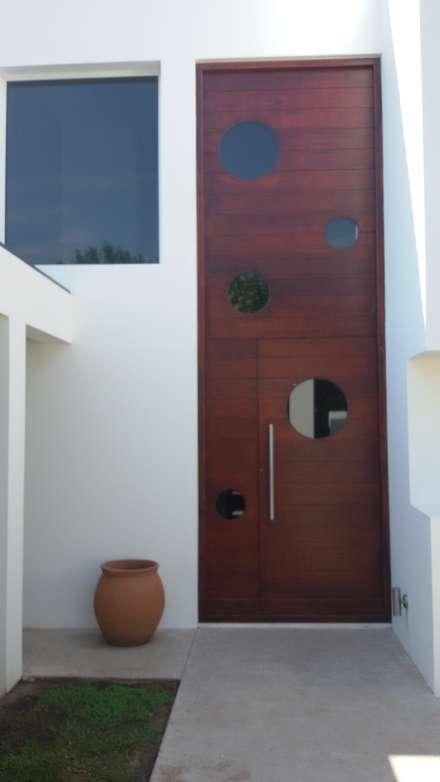 Puerta ingreso doble altura : Puertas de madera de estilo  por Estudio A+I