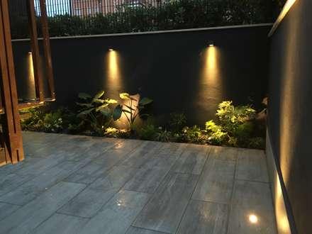Forti contrasti: Giardino in stile in stile Moderno di Au dehors Studio. Architettura del Paesaggio