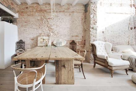 Reforma Casa St Genis : Comedores de estilo mediterráneo de Abrils Studio