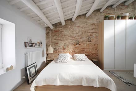 Reforma Casa St Genis : Dormitorios de estilo mediterráneo de Abrils Studio