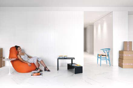 Casa Salinas: Pasillos y vestíbulos de estilo  de MLMR Architecture Consultancy