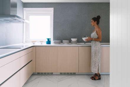 Casa Salinas: Cocinas de estilo minimalista de MLMR Architecture Consultancy
