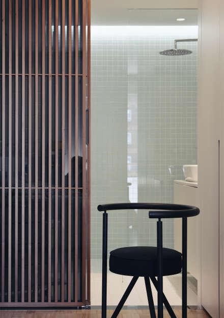 Casa Bidegain: Puertas de madera de estilo  de MLMR Architecture Consultancy
