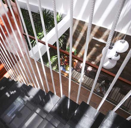 Thiết Kế Nhà Ống 3 Tầng Hướng Nội, Chan Hòa Với Thiên Nhiên:  Cầu thang by Công ty TNHH Xây Dựng TM – DV Song Phát