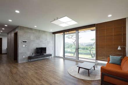 향한리주택: 건축사 사무소 YEHA의  거실