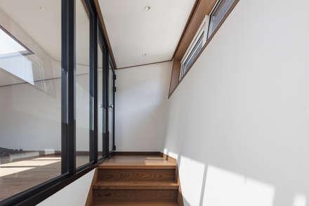 향한리주택: 건축사 사무소 YEHA의  계단