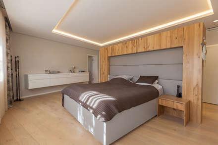 Moderne Wohnhaus mit warmen Holzcharakter: moderne Schlafzimmer von Manufaktur Hommel