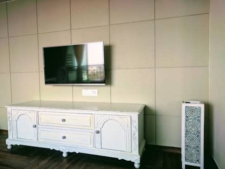 Colonial Home project: colonial Living room by Workz Services LLP