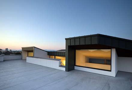 ロ字の家: トミオカアーキテクトオフィスが手掛けた屋根です。