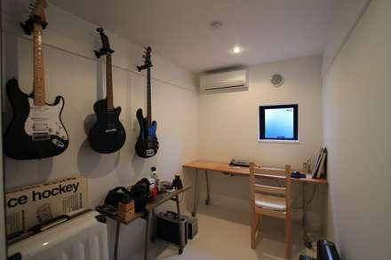 趣味室: 石川淳建築設計事務所が手掛けた書斎です。