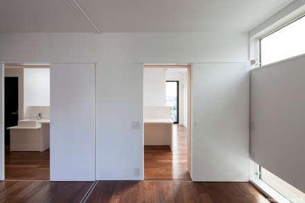子供室から見る勉強コーナー: 石川淳建築設計事務所が手掛けた子供部屋です。