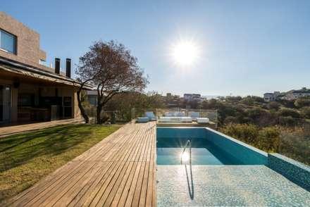 moderner Pool von SCHLATTER arquitectura y diseño
