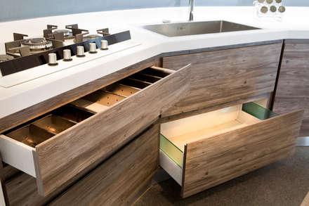 Particolare cassetti cucina su misura e piano in Krion: Cucina attrezzata in stile  di Fab Arredamenti su Misura