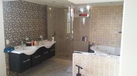 baño principal: Baños de estilo minimalista por Arquigrafic, c.a.