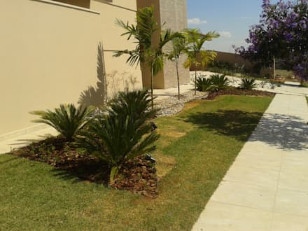 Front garden by Luzia Benites - Arquiteta Paisagista