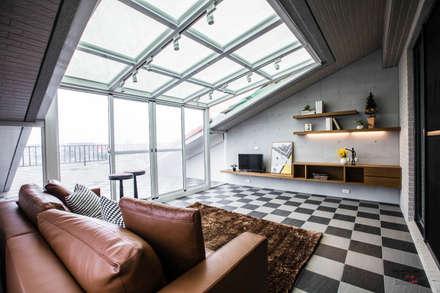 Telhados  por SING萬寶隆空間設計