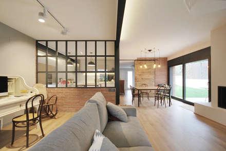 Reforma y Ampliación Casa Fogaroses: Salones de estilo industrial de Abrils Studio