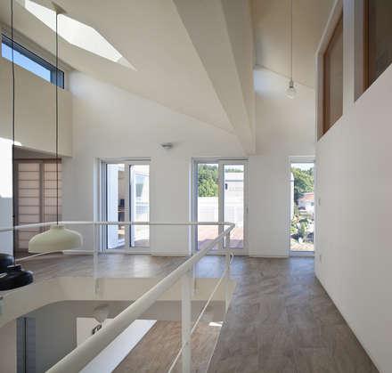 2층 보이드 공간: 건축사사무소 모뉴멘타의  계단