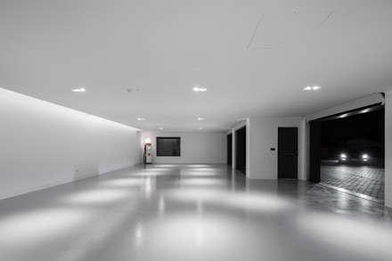 Garagem Privada: Garagens e arrecadações minimalistas por PAULO MARTINS ARQ&DESIGN