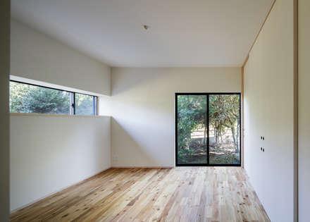 寝室: m・style 一級建築士事務所が手掛けた寝室です。